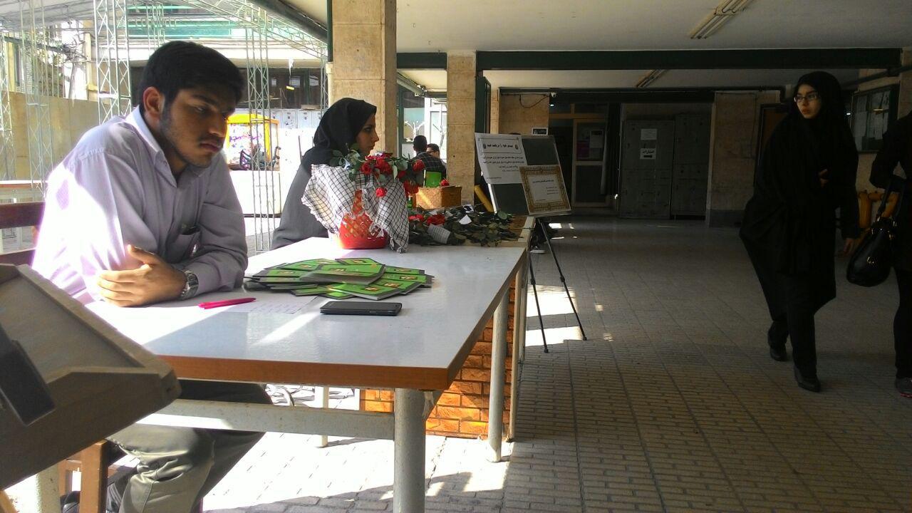 عکس/ اهدای گل به دانشجویان دانشکده علوم اجتماعی